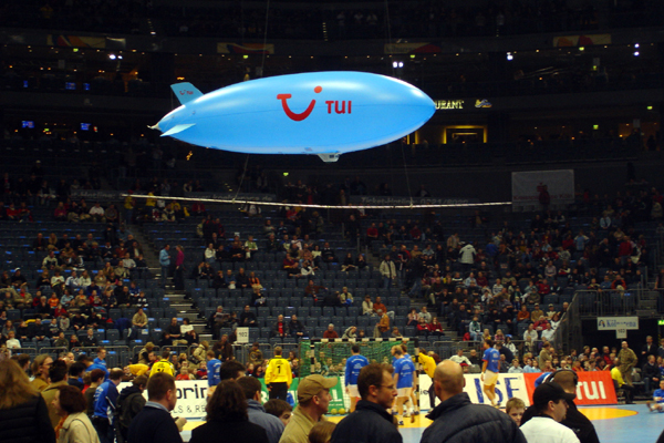 Ferngesteuertes Luftschiff bei Sport-Ereignis