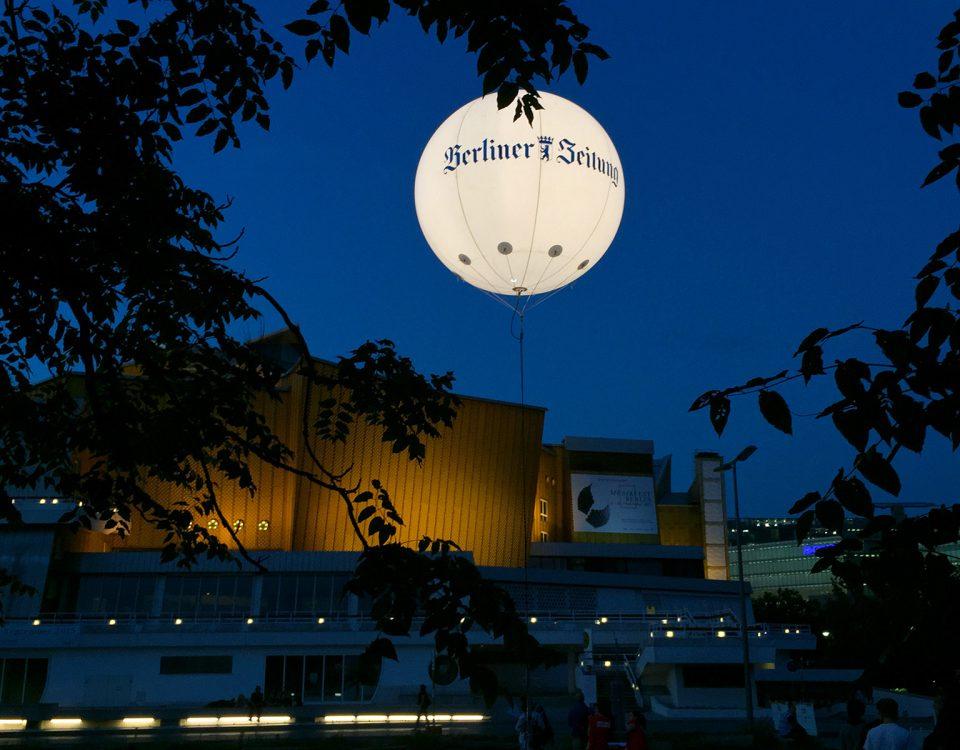 Mit beleuchteten Riesenballons haben Sie im Nächtlichen Stadtbild alle Augen auf Ihrer Werbung.