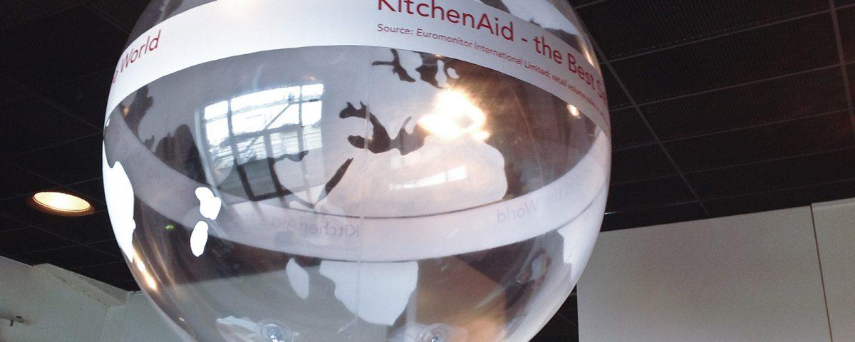 Transparente Heliumballons - Dieser wie eine bemalte Seifenblase wirkende Heliumballon hat für KitchenAid einen Messestand geschmückt.