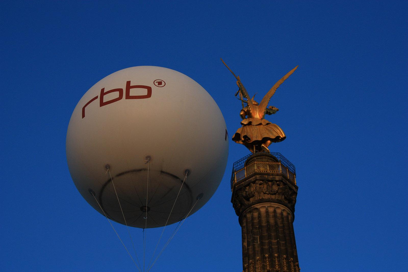 Messeballon - riesiger RBB-Heliumballon an der Siegessäule in Berlin