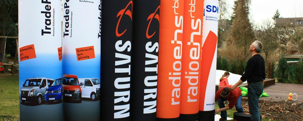 Hier ein paar beispiele für Aufblasbare Lichtsäulen - VW, Saturn, rbb Radio Eins und die Süddeutsche Krankenversicherung.