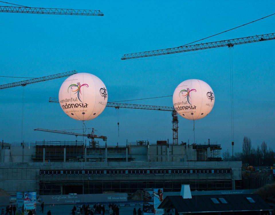 ITB - Beleuchtete Riesenballons für Indonesien.