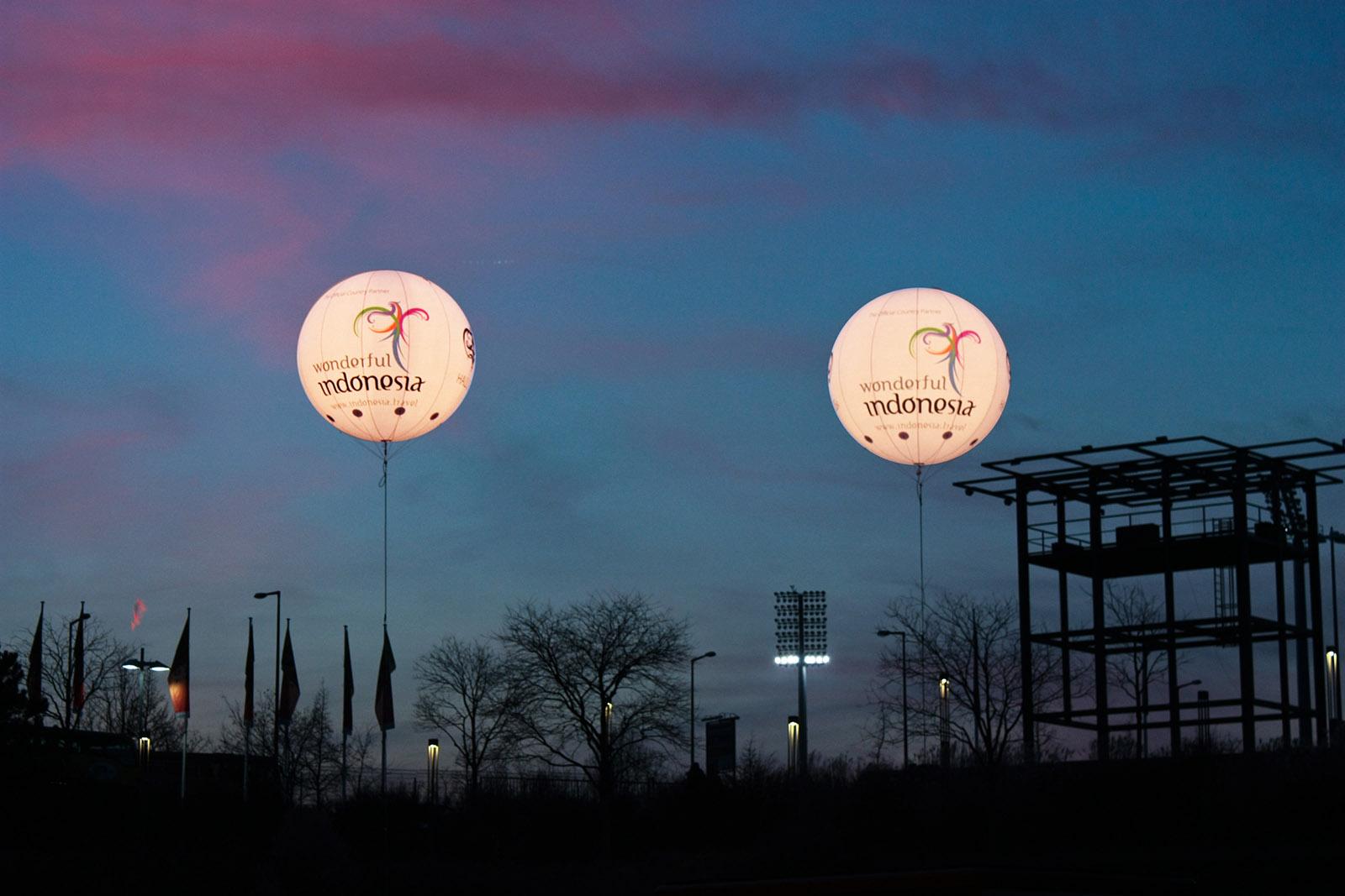 Indonesien- Leuchtballons am Fußballfeld.