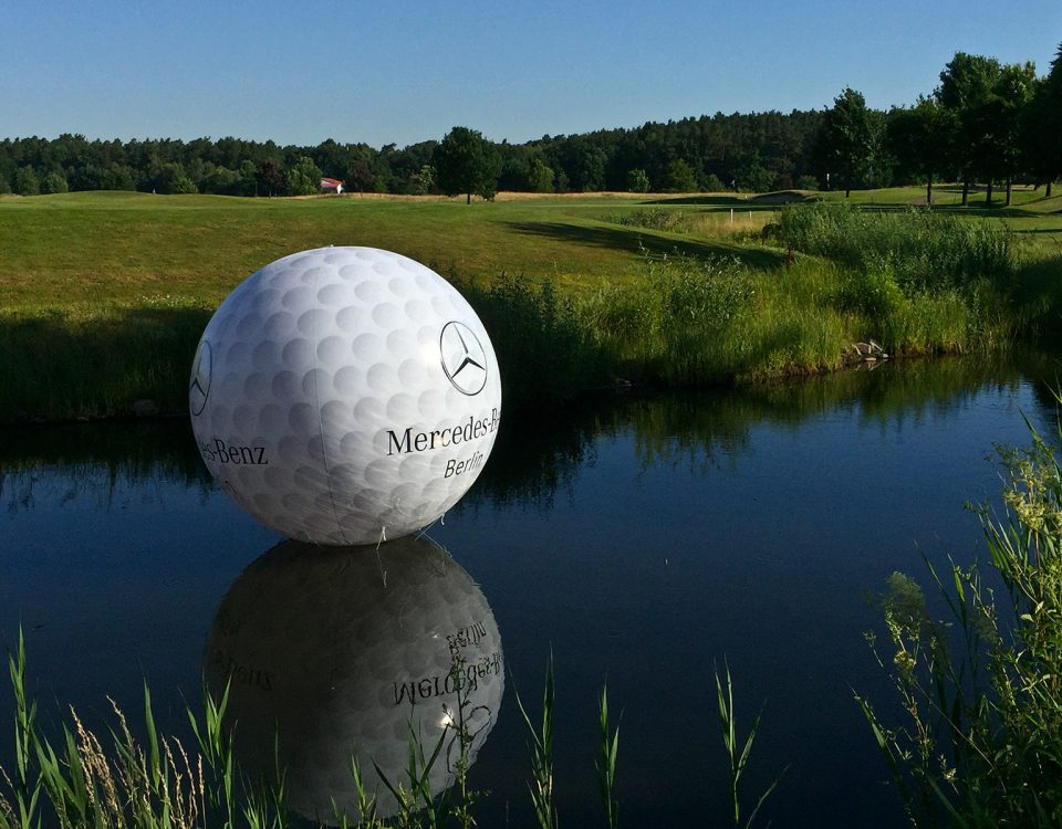 Mercedes-Benz-Golfball - Auch auf Wasserhindernissen haben unsere Werbeballons eine sehr gute Wirkung.