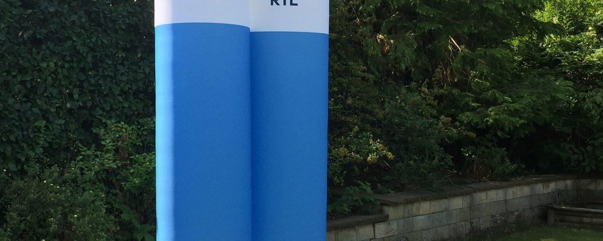 Aufblasbare, von innen beleuchtete Werbesäulen für die RTL-Mediengruppe.