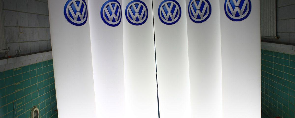 Beleuchtete Werbesäulen für VW