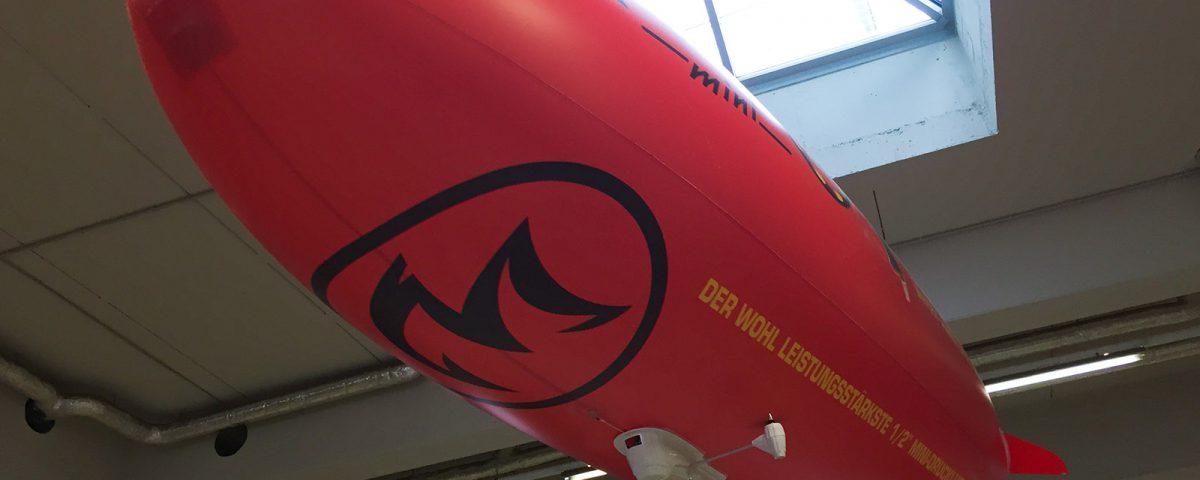 Dieser ferngesteuerte Zeppelin ist vollflächig mit einem Kundendesign bedruckt worden.