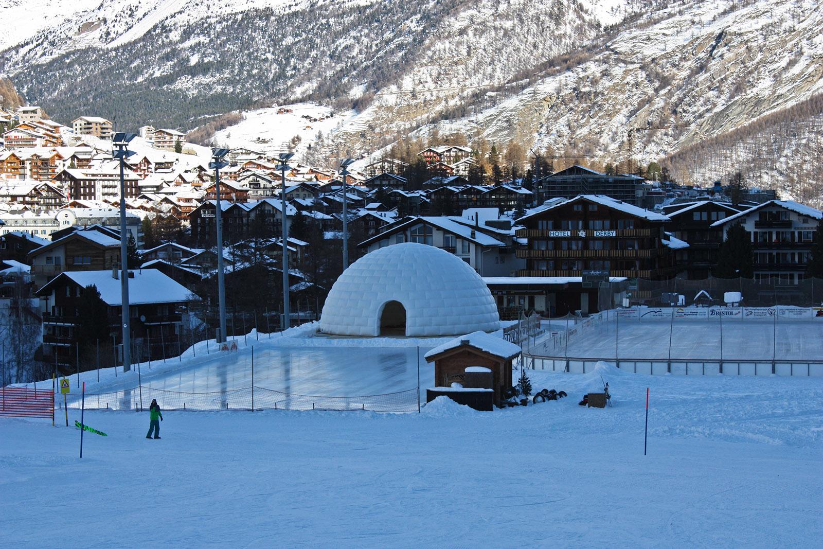 Das aufblasbare Rieseniglu, Durchm. 13m, im Panorama