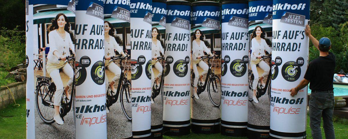 Aufblasbare Werbesäulen mit Beleuchtung für Kalkhoffs E-Bike.