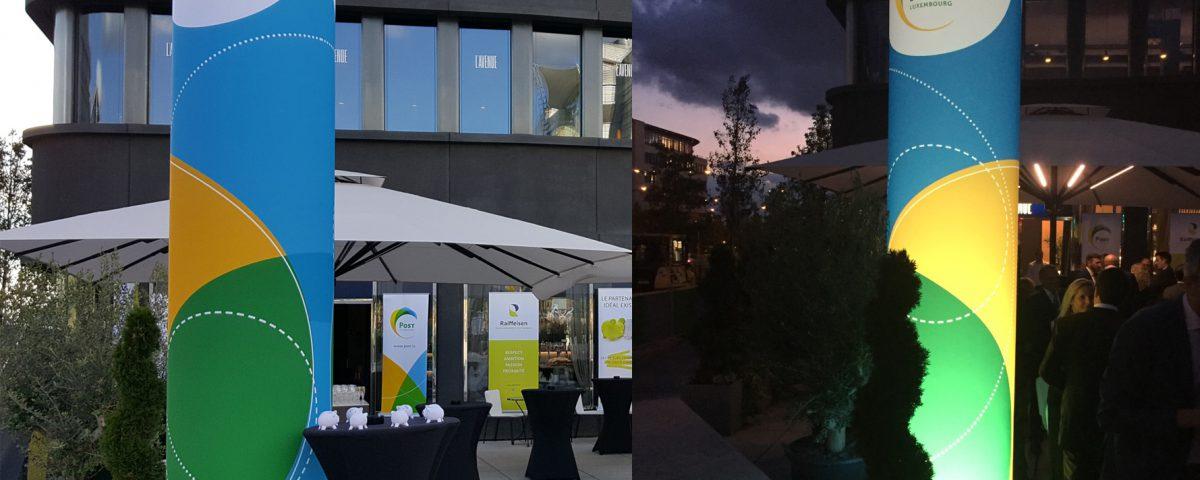 Unbeleuchtete und beleuchtete, aufblasbare Werbesäule für die Post Luxemburg