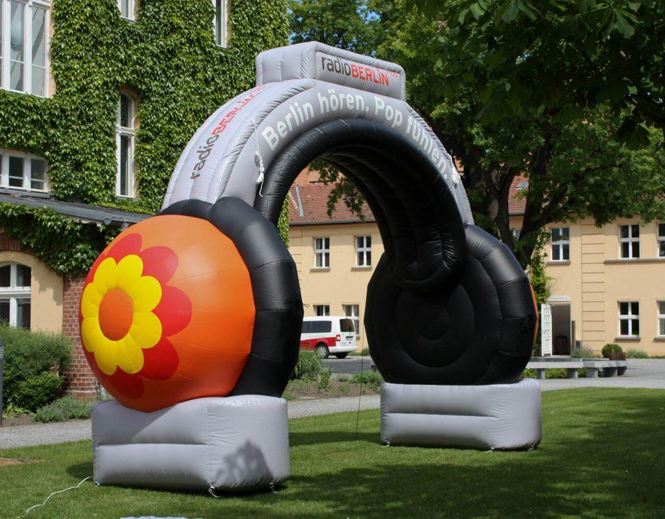 Mit Sonderformen lassen sich beeindruckende Werbemittel realisieren, wie zum Beispiel dieser Torbogen in Form eines Kopfhörers.